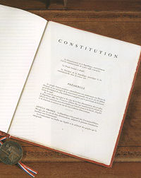 illustration : photo premi�re page de la constitution � wikip�dia